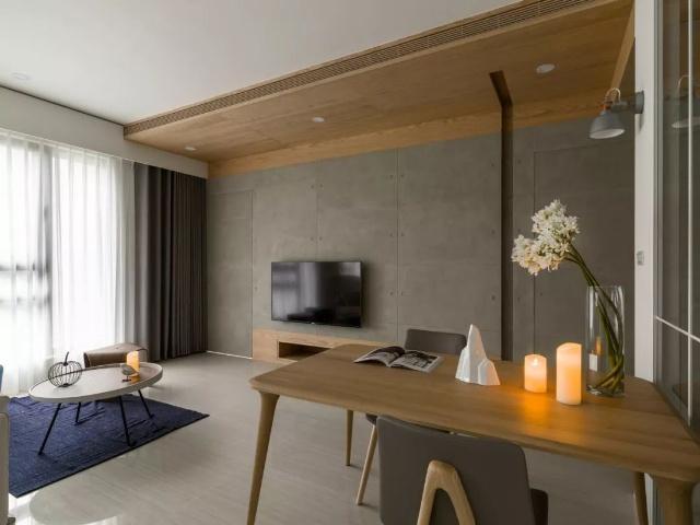 水泥灰色的电视墙,电视墙区域的天花做了木质吊顶进行区分,铺开温润暖